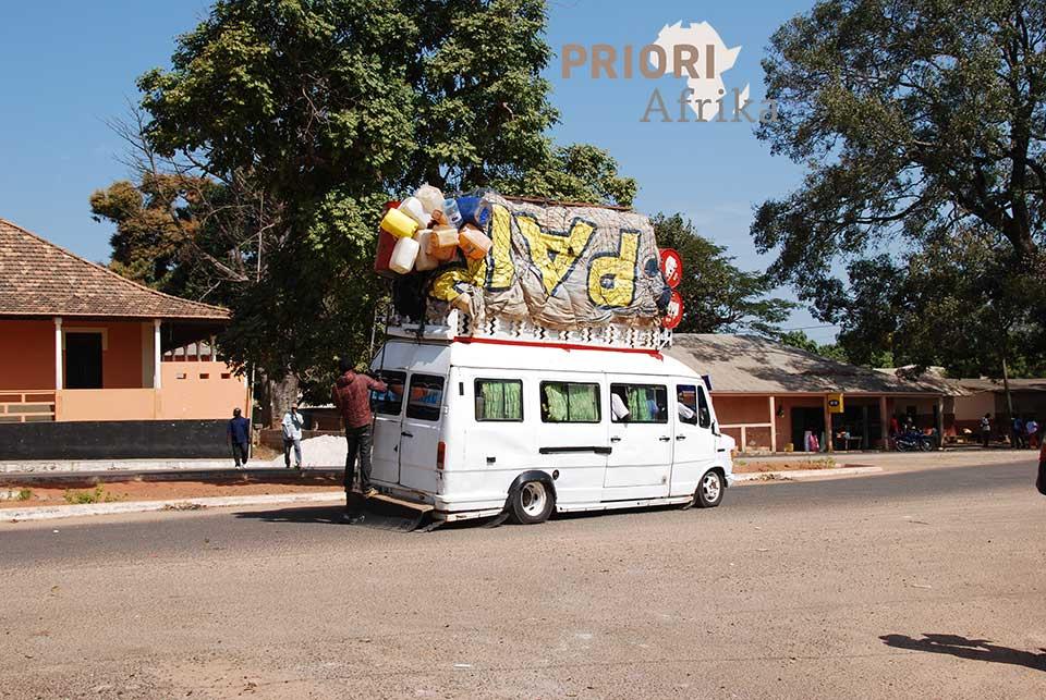 Guinea Bissau Reisen Bus mit Dach beladen PRIORI Afrika