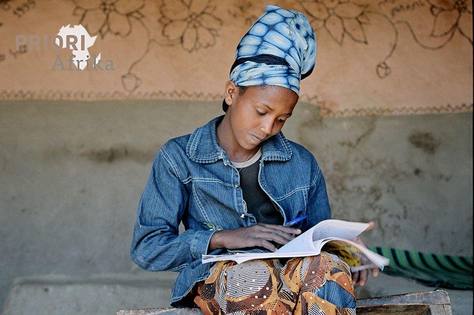 äthiopien lesende Frau