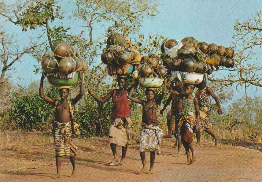 Haute-Volta Banfora Potières, lourdement chargées, allant au marché